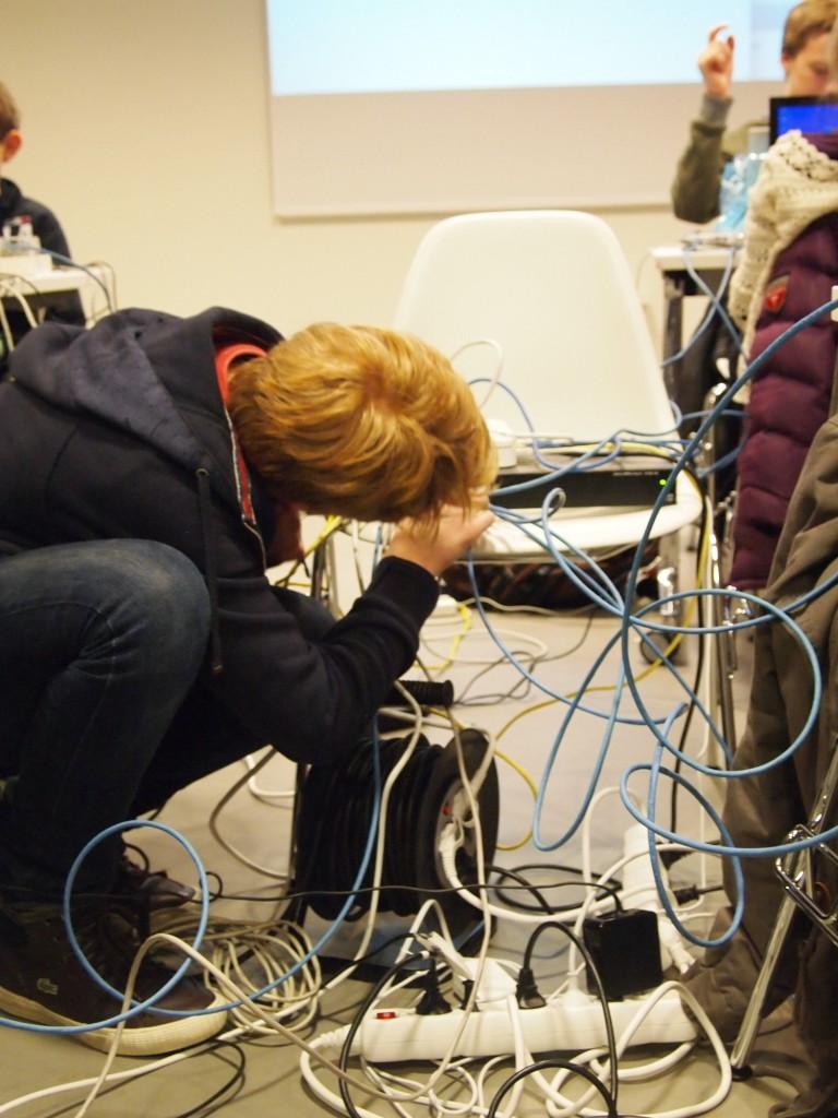 En av deltakerne kobler sin Raspberry Pi til LAN nettverket