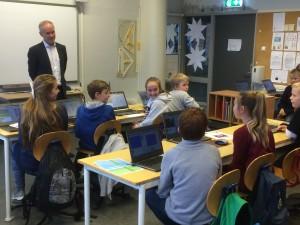 Statsråd Jan Tore Sanner på Kodeklubben Hofstad skole.