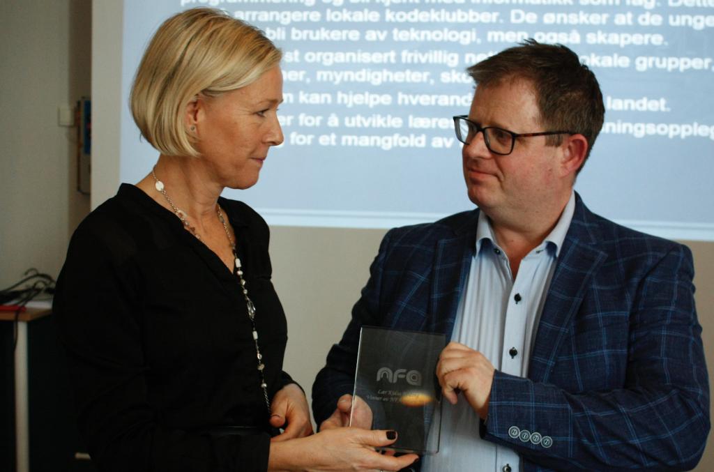 Ingvild Johansen fra Data Respons overrakte prisen (Bilde: Tom Venger, NFA)