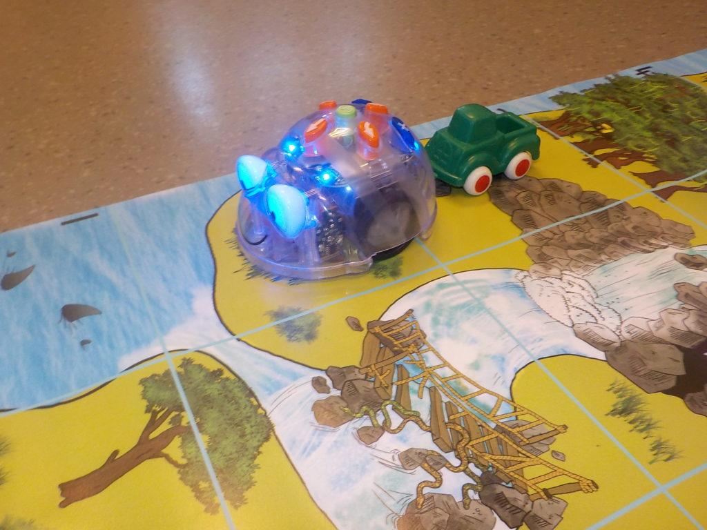 Blue-Bot i aksjon - med en bil på slep - fra et punkt på skattekartet til et annet.