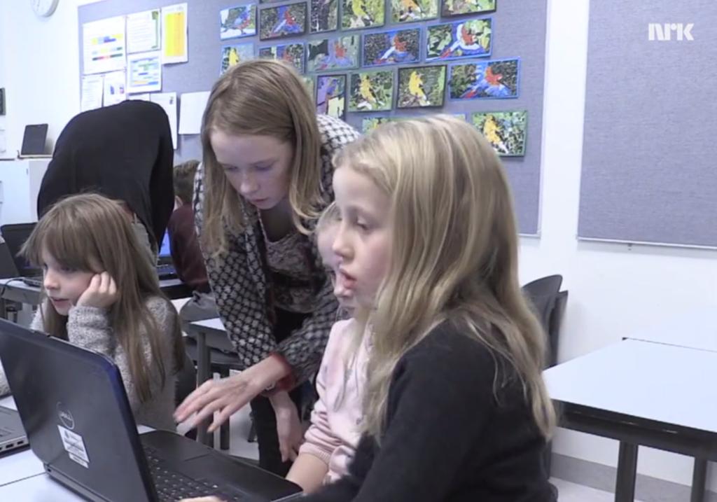 På denne skolen var det ungdomsskole-elevene som underviste i koding (Foto: NRK)